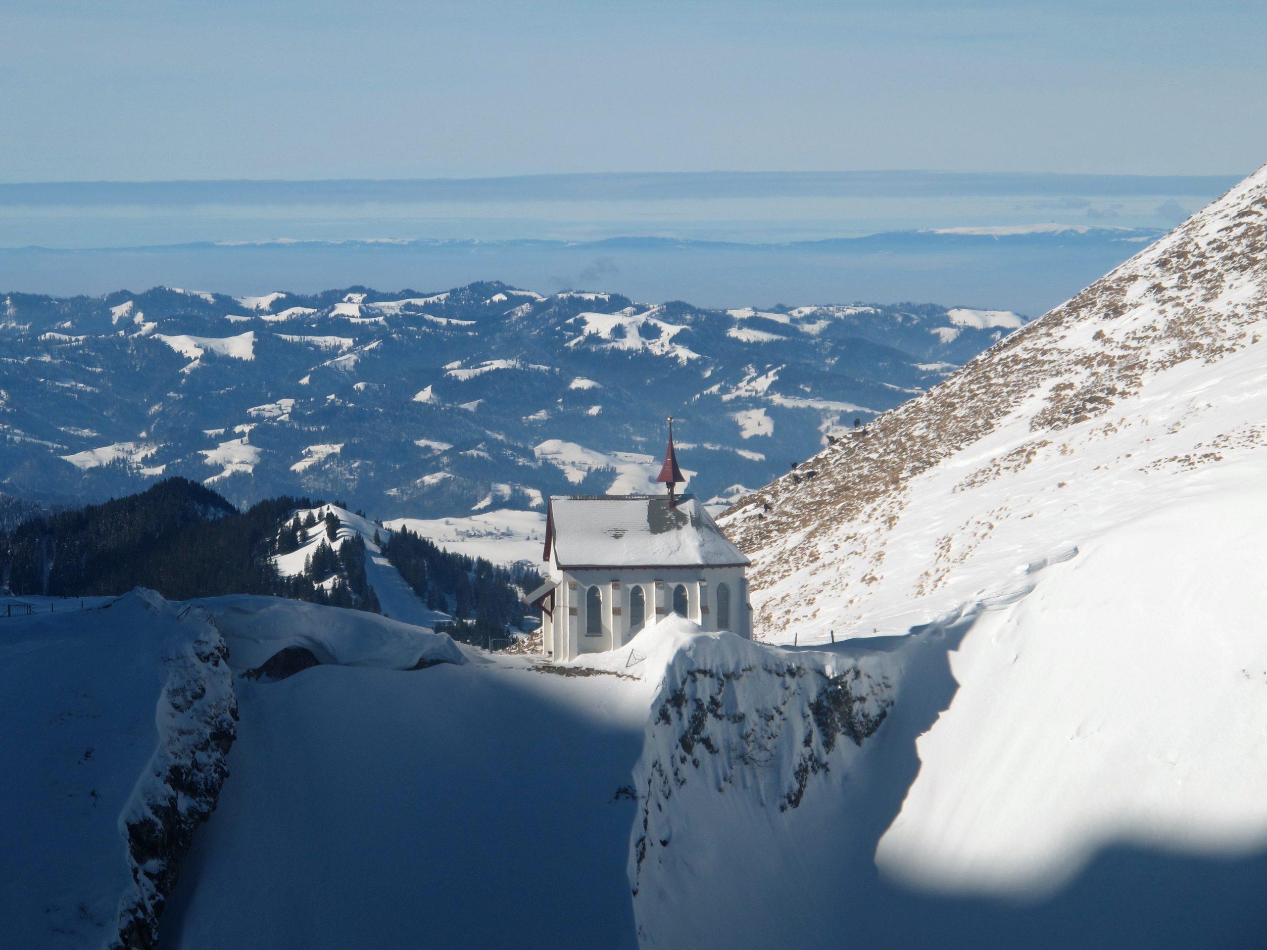 Schneebedeckte Kapelle hoch in den Schweizer Alpen