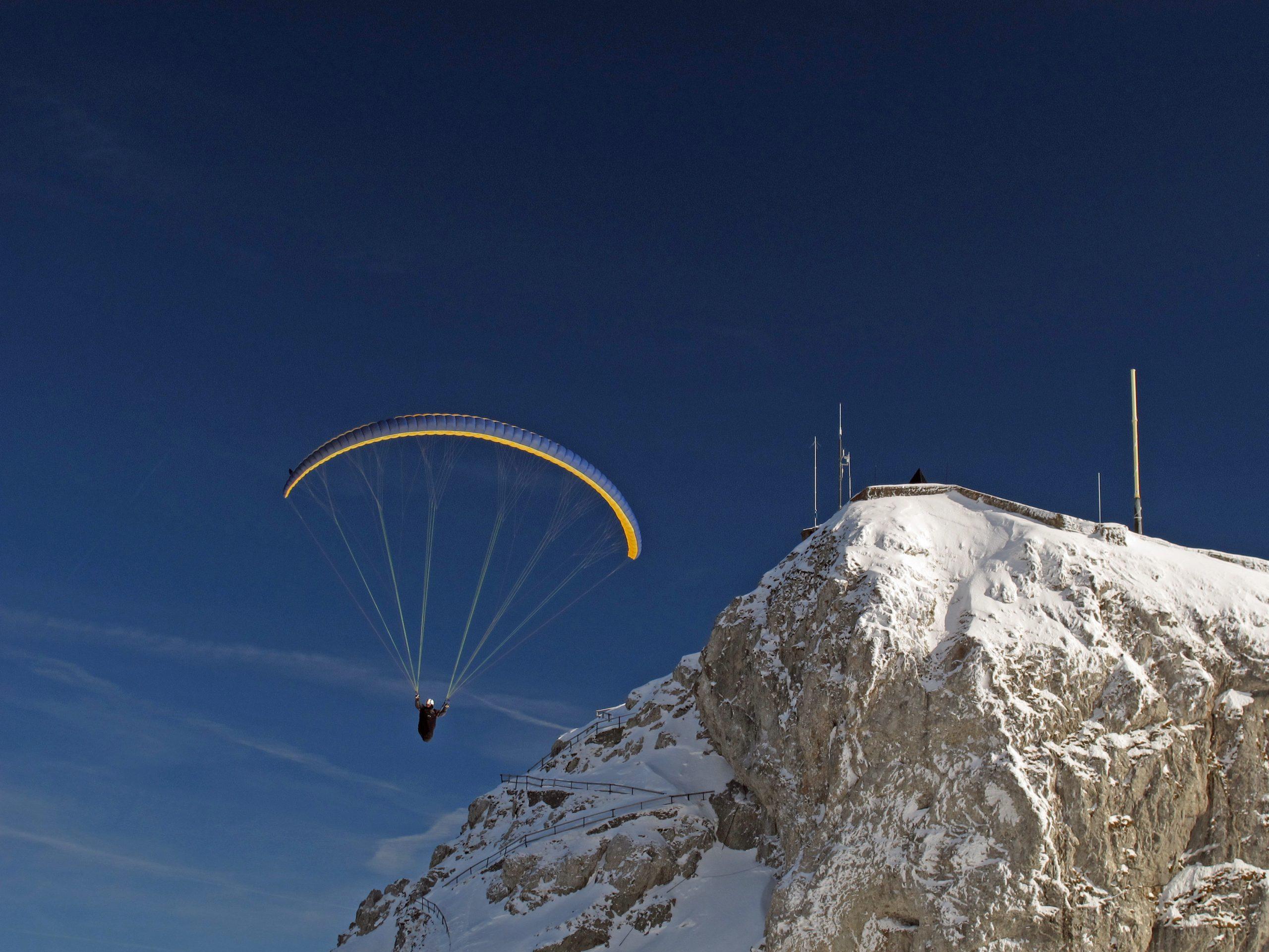Paraglider beim Gipfel des Pilatus