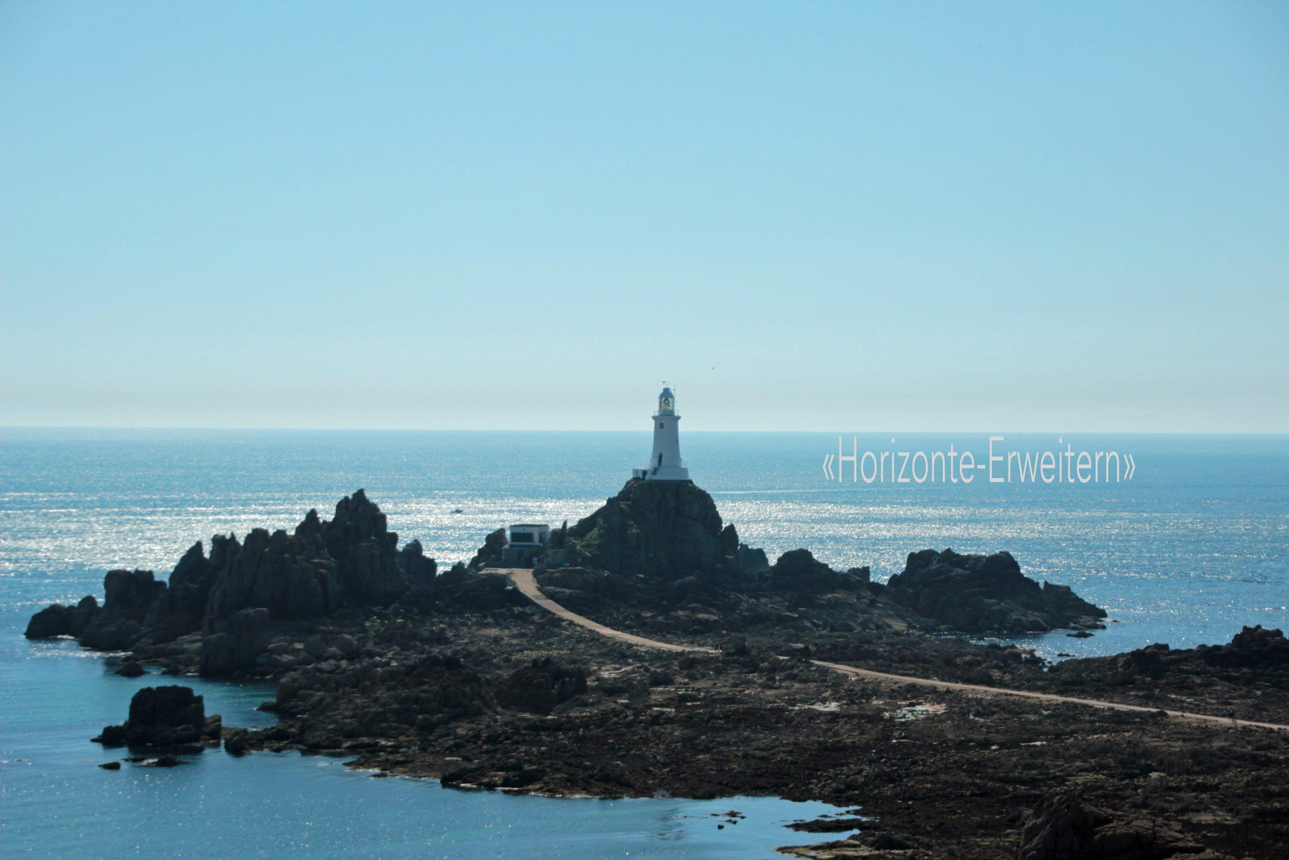 "Der weisse Leuchtturm ""La Corbière"" an der Südwestküste Jerseys bei Ebbe"