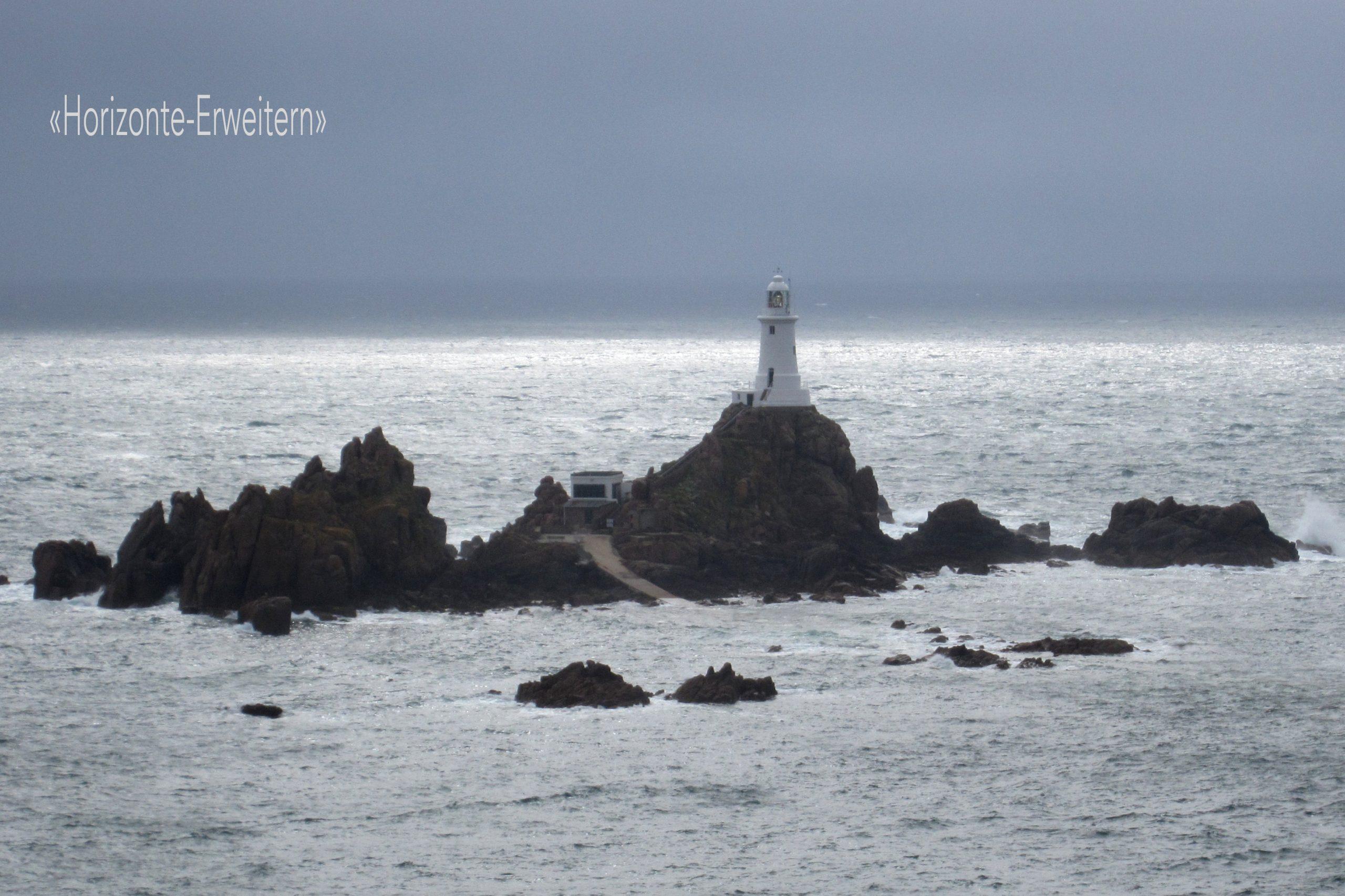"""Der weisse Leuchtturm """"La Corbière"""" an der Südwestküste Jerseys bei Flut"""